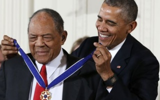 Willie Mays gets Medal of Freedom